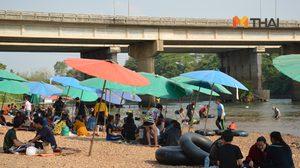ก็มันร้อน! ชาวบ้านแห่ลงเล่นน้ำหาดพัทยา 2 ที่อุตรดิตถ์