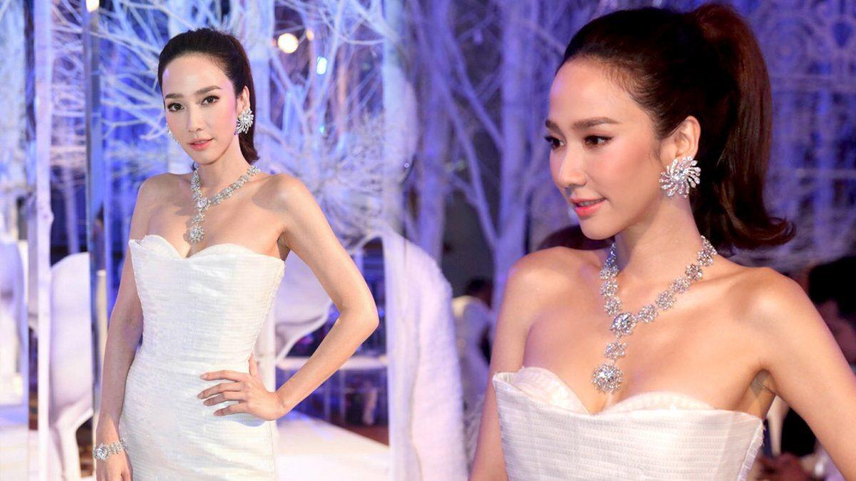 สวยขนลุก อั้ม พัชราภา มาในชุดราชินีหิมะ พร้อมเครื่องเพชรพันล้าน!!