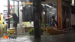 'เกาะสมุย' น้ำท่วมย่านเศรษฐกิจหาดเฉวง นทท.นั่งแช่น้ำกินอาหารค่ำ