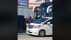 คลิปหนุ่มขับรถหรู ตะโกนสั่งคนขับรถบัส กราบเท้า !!