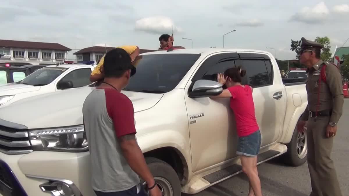 ช่วยกันวุ่น!! หนูน้อยวัย 2 ขวบ ติดอยู่ในรถยนต์ขณะพ่อลงไปเสียค่าปรับ
