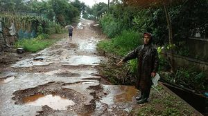 พายุฝนถล่มตาก ทำน้ำท่วมถนนพังเสียหาย โรงเรียนอ่วมขนของหนีน้ำ