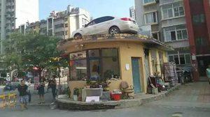 เจอคนจริงเข้าให้!! หลังจอด รถ ขวางทางเข้า-ออก เลยโดนรถเครนยกขึ้นไปบนหลังคา