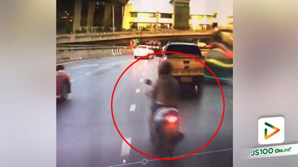 คลิปจยย.โดนแท็กซี่เบียดล้มใส่ กระบะเบรคไม่ทันเหยียบร่างหญิงวัยกลางคน (05-07-61)