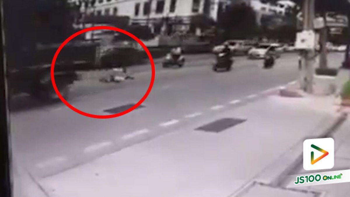 ตามหากล้องหน้ารถ! จยย.ถูกรถบรรทุกทับร่างที่ถนนสุขุมวิท 62 กทม. เสียชีวิต