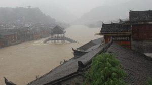 น้ำท่วม เมืองโบราณเฟิ่งหวง ที่ท่องเที่ยวชื่อดังของจีน