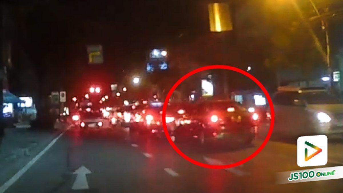 ไม่ยอมเบรค! แท็กซี่ขับชนพุ่งชน รถเก๋งที่จอดรอสัญญาณไฟ  (22-05-2561)