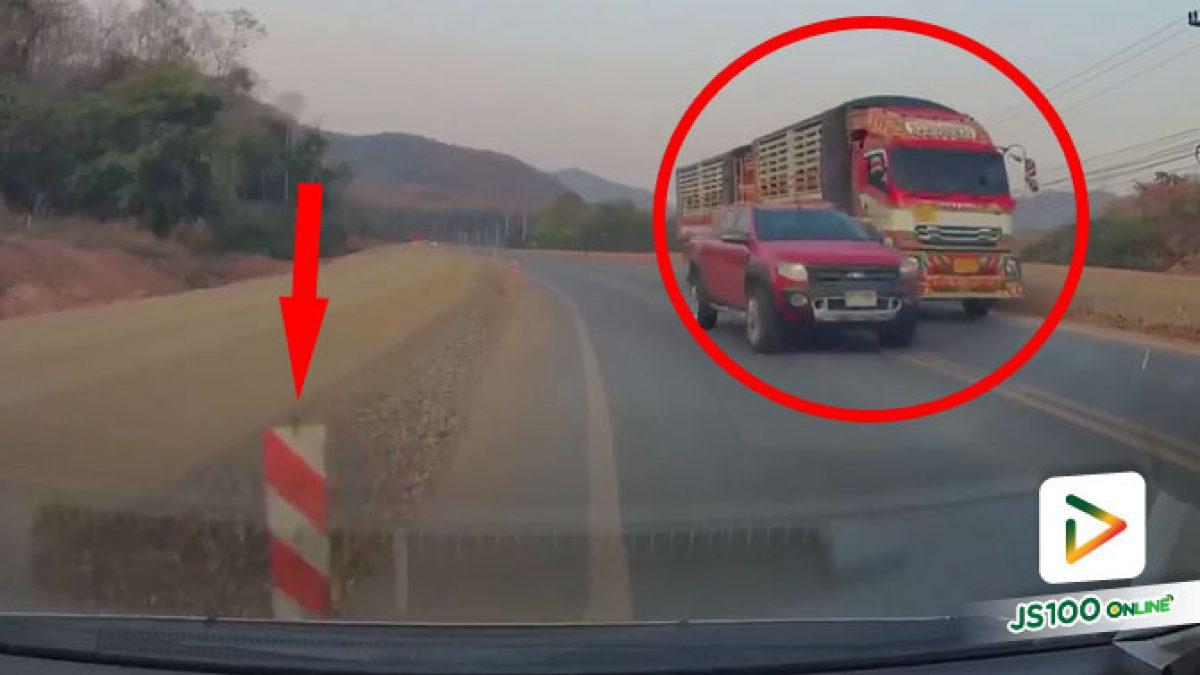ตามหาปิคอัพคู่กรณี! แซงเลนสวนประจันหน้าทำรถยนต์หักหลบชนเสากั้นถนน ได้รับความเสียหาย