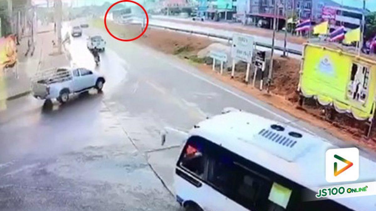 วินาที!! รถบัสรับ-ส่งพนักงานพลิกตะแคง หน้าวัดสามกอ อยุธยา เสียชีวิต 1 บาดเจ็บ 35 (05/08/2019)