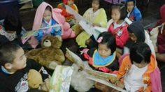 """สุดยอดแนวคิด! ครูแนะเด็ก """"อ่านหนังสือให้ตุ๊กตาฟัง"""" หนุนรักการอ่าน"""