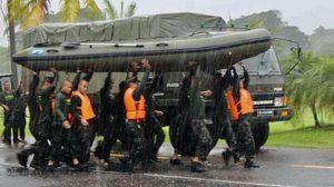 ประทับใจ ทหารแบกเรือยาง ฝ่าฝนช่วยน้ำท่วม