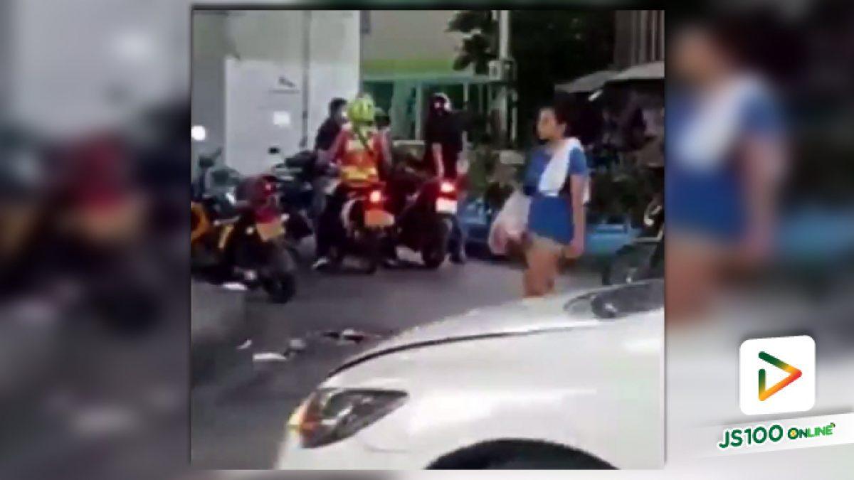 คลิปคนขับจักรยานยนต์รับจ้างทะเลาะกันเหตุเพราะแย่งลูกค้ากัน (02-08-61)