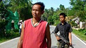 แห่ชื่นชม!เด็กหนุ่ม 'จับปืนปกป้องพ่อ'-คนในหมู่บ้านจากโจรใต้