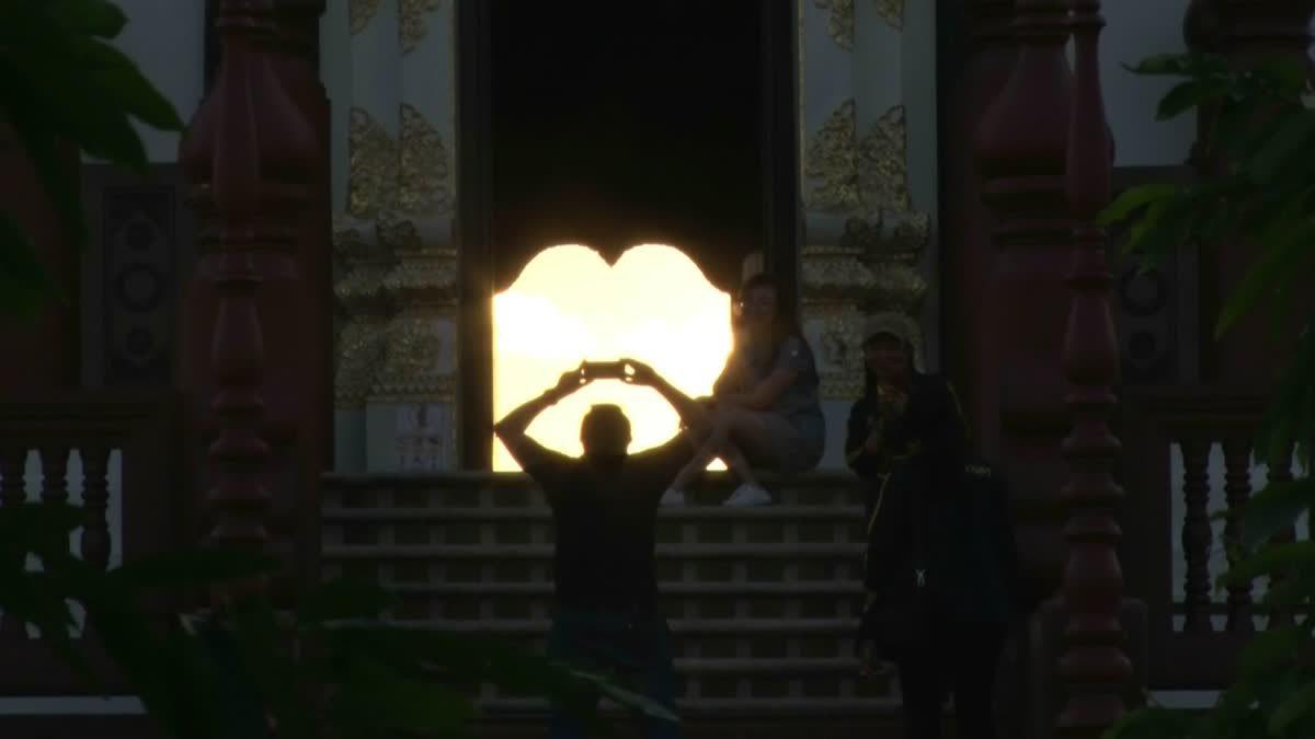 หนึ่งปีมีครั้ง!! นักท่องเที่ยวแห่ชมดวงอาทิตย์ลอดประตูหอคำหลวง