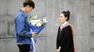 แฟน ต่อ-ธนภพ ! ต่อ-ธนภพ มอบดอกไม้ช่อโตยินดี มีน-ชุติมา แฟนสาวรับปริญญา