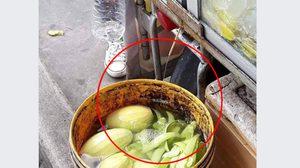 เคล็ดลับความอร่อย!  ภาพพ่อค้าแช่ผลไม้ในถึงน้ำทิ้ง ก่อนออกขายให้ชาวบ้าน