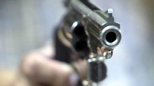 รวบหนุ่มเมาแล้วเปรี้ยว คว้าปืนยิงใส่บ้านสาววัย 23 จนบาดเจ็บ อ้างแค่อยากยิงเล่น