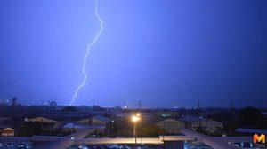 เตือน! ช่วงฝนตกหนักเสี่ยงถูกฟ้าผ่า งดใช้อุปกรณ์อิเล็กทรอนิกส์