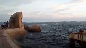 หญิงกระโดดลงทะเลหาดบางแสน นักท่องเที่ยวชายฮีโร่กระโดดลงช่วยเหลือ