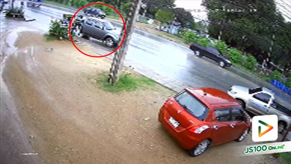 เกิดอุบัติเหตุ รถกระบะนิสสันสีเทาย้อนศรไม่พอ ชนมอเตอร์ไซค์แล้วยังหนีอีก (24-9-61)