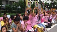 สื่อนอก เผยคนไทยพร้อมใจกันสวมเสื้อสีชมพู-สวดมนต์ ถวายพระพรในหลวง