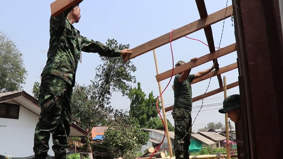 ชาวบ้านเผยวินาทีเฉียดตาย หลังพายุถล่มต้นไม้ยักษ์โค่นล้มทับบ้านนับสิบ