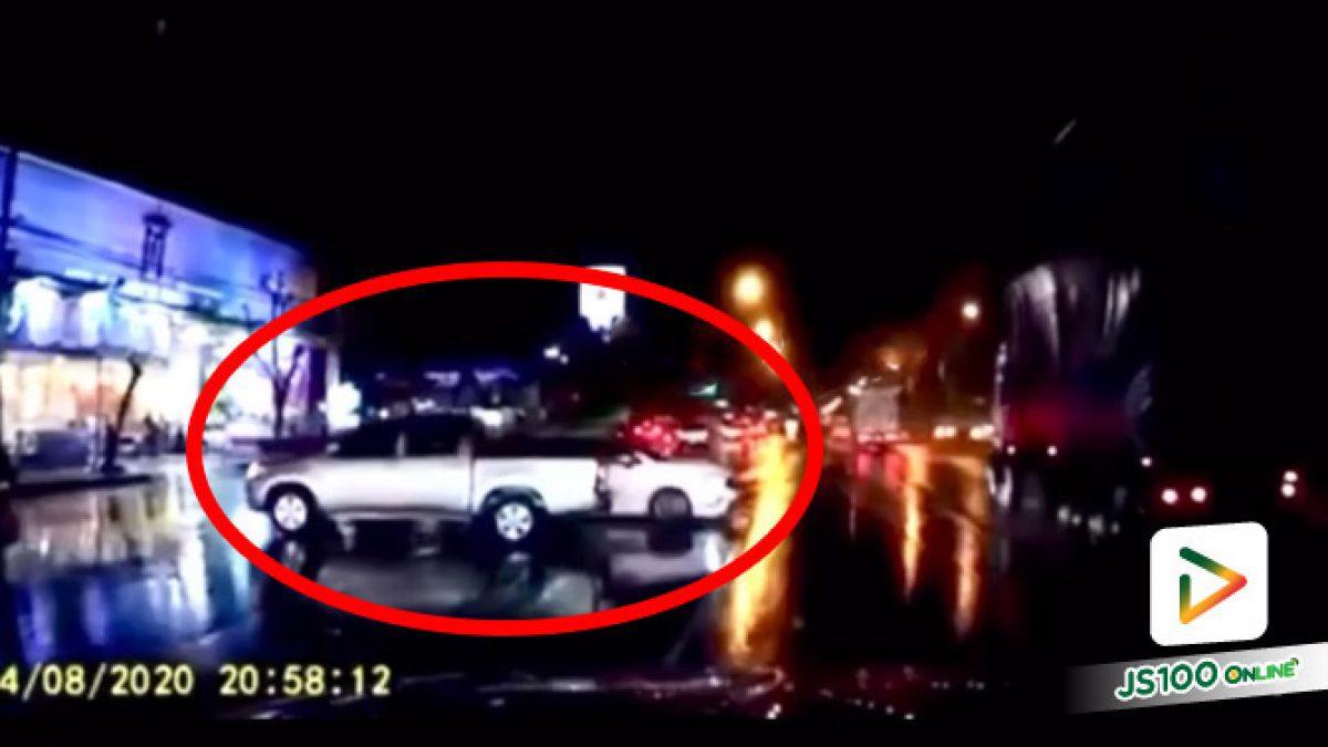 อุบัติเหตุ! ปิคอัพเสียหลักหมุนคว้างข้ามเลนชนเก๋งอย่างจัง คาดฝนตกถนนลื่น (04/08/2020)