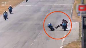 สองนักบิดทางเรียบฟัดกันกลางสนามราวกับแสดงหนังบู๊ (คลิป)