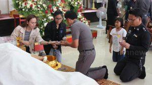 ตำรวจซ้อมเมียตาย จูงลูก 2 คนรดน้ำศพแม่ ด้านญาติทนไม่ไหวพุ่งเข้าชกหน้า !