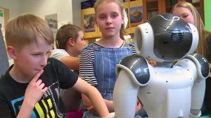 """ฟินแลนด์ใช้หุ่นยนต์ฮิวแมนนอยด์ """"เอเลียส Elias"""" ช่วยประเมินอารมณ์นักเรียน"""