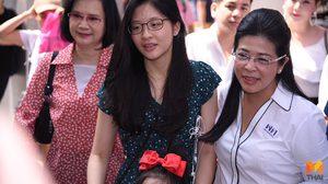 'หญิงหน่อย' ควงลูกสาว 'น้องจินนี่' เดินสยาม หนุ่ม-สาว แห่ขอถ่ายรูป