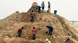 Look ! Indian artists build the world's 'tallest' sand Santa Claus on a beach of India