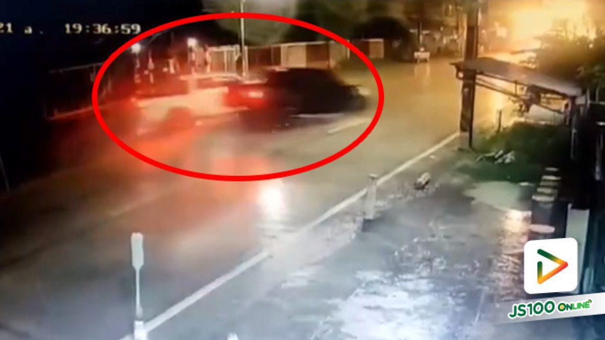 ปิคอัพกลับรถไม่มอง ตัดหน้าปิคอัพอีกคัน ก่อนถูกพุ่งชนเต็มๆ บาดเจ็บ 2 คน