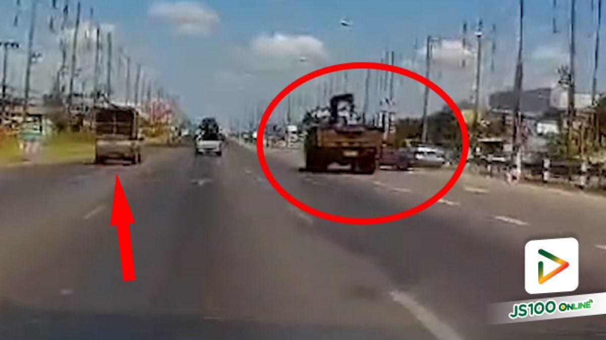 จะยูเทิร์นเพิ่งนึกได้?? ทำเก๋งหักหลบรถสะบัดไปชนปิคอัพ (02/04/2021)