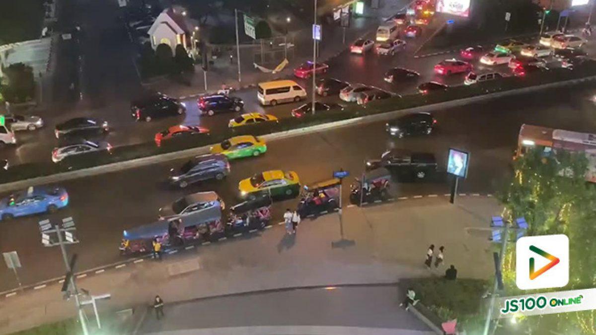 ความมักง่ายของรถสาธารณะ จอดตรงเส้นขาว-แดง หัวมุมถนนหน้าสามย่านมิตรทาวน์ รถคันอื่นเดือดร้อนไม่สน