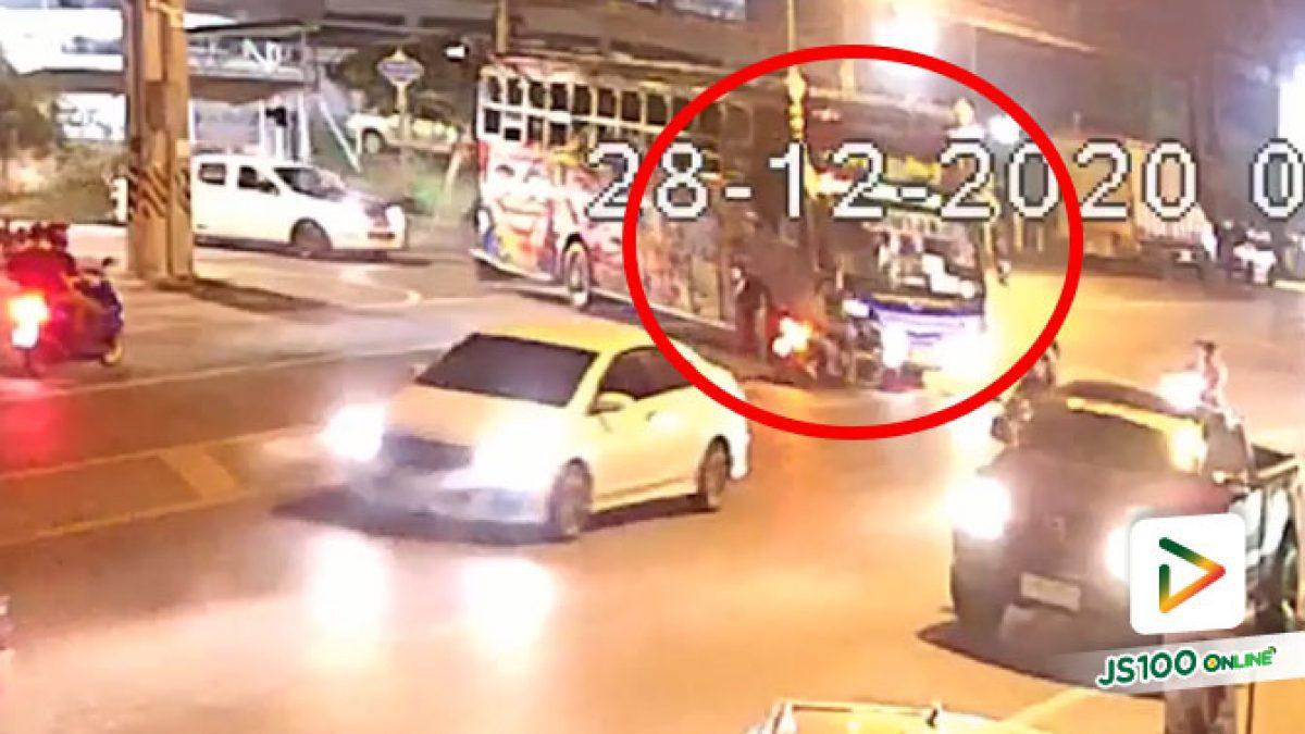 สงสัยรถบัสมัวมองซ้าย พุ่งชนจยย.ที่จอดรอเลี้ยวเต็มๆ (28/12/2020)