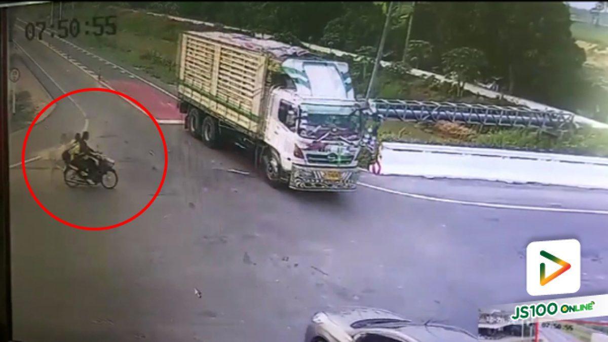 คลิปนาที จยย. เด็กนักเรียนพุ่งเข้าชนรถบรรทุกแบบไม่มีแตะเบรก (04-01-62)
