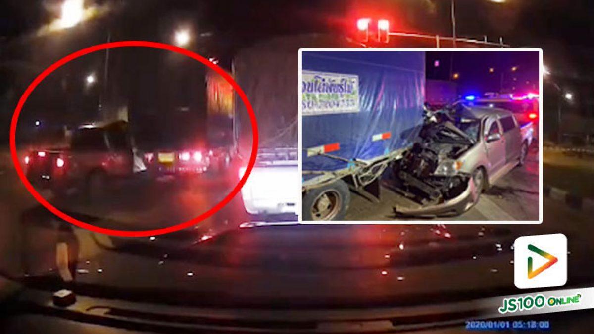 ปิคอัพหลับในพุ่งชนรถบรรทุกที่จอดรอไฟแดงเต็มแรง คนขับรอดปาฏิหาริย์