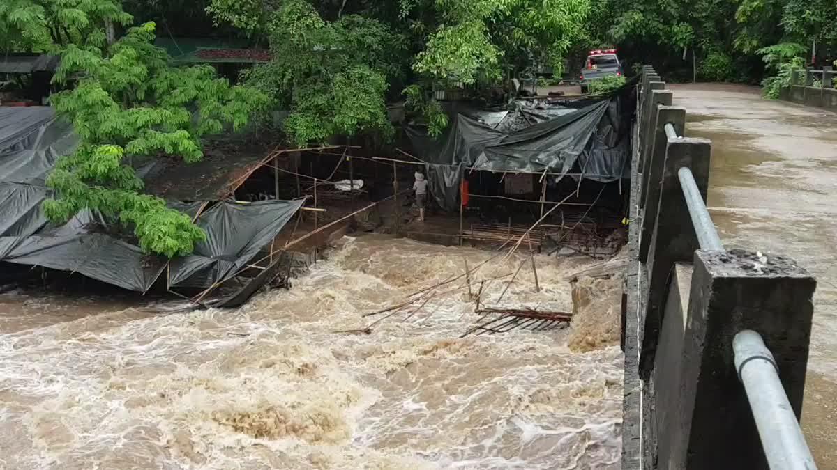 ระทึก! น้ำป่าทะลัก อช.อินทนนท์ ร้านค้าริมน้ำตกถูกน้ำพัดหาย
