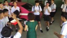 เนียนจนครูเชื่อ! กลุ่มนักเรียนชายจัดฉากชกต่อย เซอร์ไพรส์วันเกิดครู