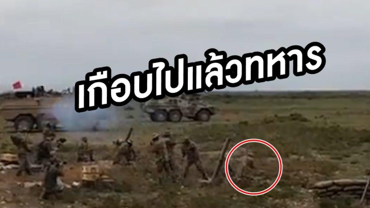 เกือบดับ! นาที ทหาร ลุกขึ้นขณะสาธิตยิงปืนใหญ่กระสุนพุ่งเฉียดหัวจนหมวกกันน็อคปลิว