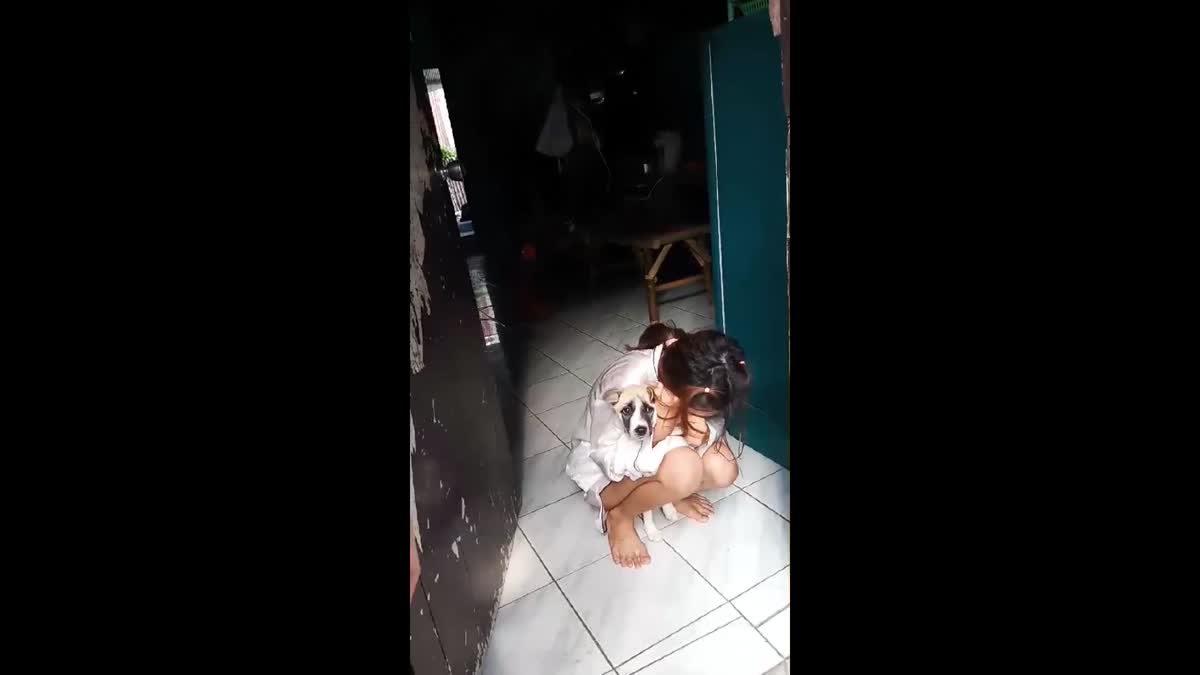 สาวจนตัวกลัวถูกจับอมไอซ์ไว้ในปาก ไม่ยอมพูดได้แต่กอดสุนัขร้องไห้