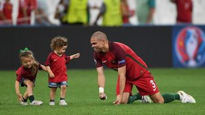ยูฟ่าเข้ม สั่งห้ามนักเตะพาลูกฉลองหลังเกมในสนามอีก หลังจบเกม ยูโร 2016