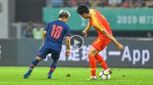 VIDEO : โปรดระวัง! ย้อนชมจังหวะ 'ชนาธิป' แตะลอดขาสามนักเตะจีน (มีคลิป)