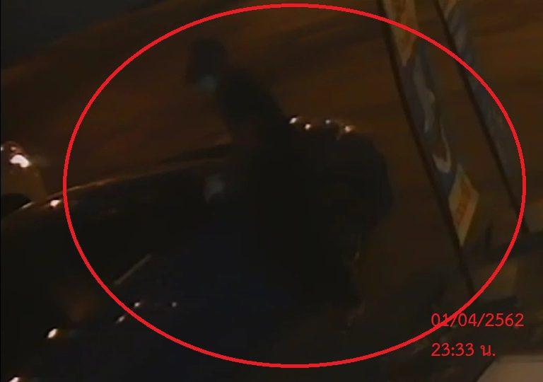 ชัดแจ๋ว!  ภาพวงจรปิด เผยนาทีคนร้ายลักล้อแม็กซ์รถยนต์