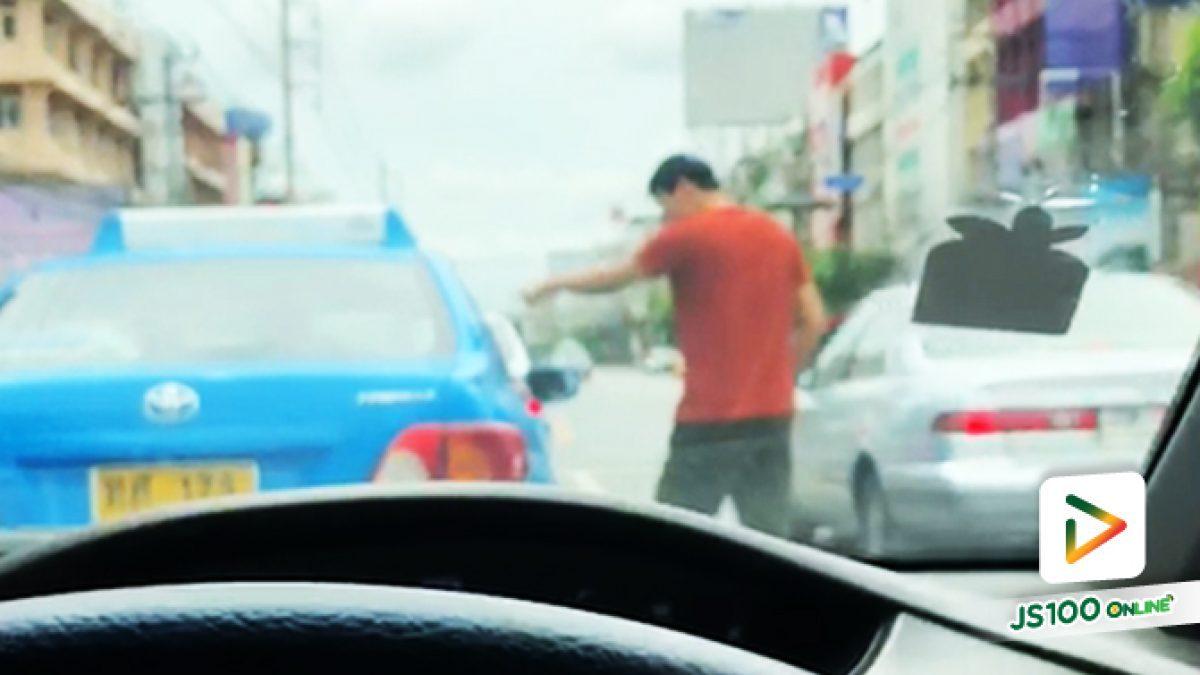 เก๋งขับรถปาดหน้า แล้วลงมาต่อยคนขับแท็กซี่ บนถ.ลาดพร้าว ช่วงแยกโชคชัยสี่
