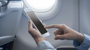 จีนเอาจริง สั่งขังผู้โดยสาร 3 รายฐานใช้โทรศัพท์บนเครื่องบิน