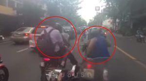 คนรุมถล่ม ชายขี่จยย.ประกบรถคนพิการ ก่อนตบหัว-ถีบซ้ำ