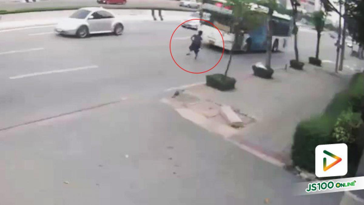 คลิปสุดช็อก! ชายต่างด้าววิ่งให้รถเมล์ชน เสียชีวิตคาที่กลางถนนพระราม2 (10/10/2019)