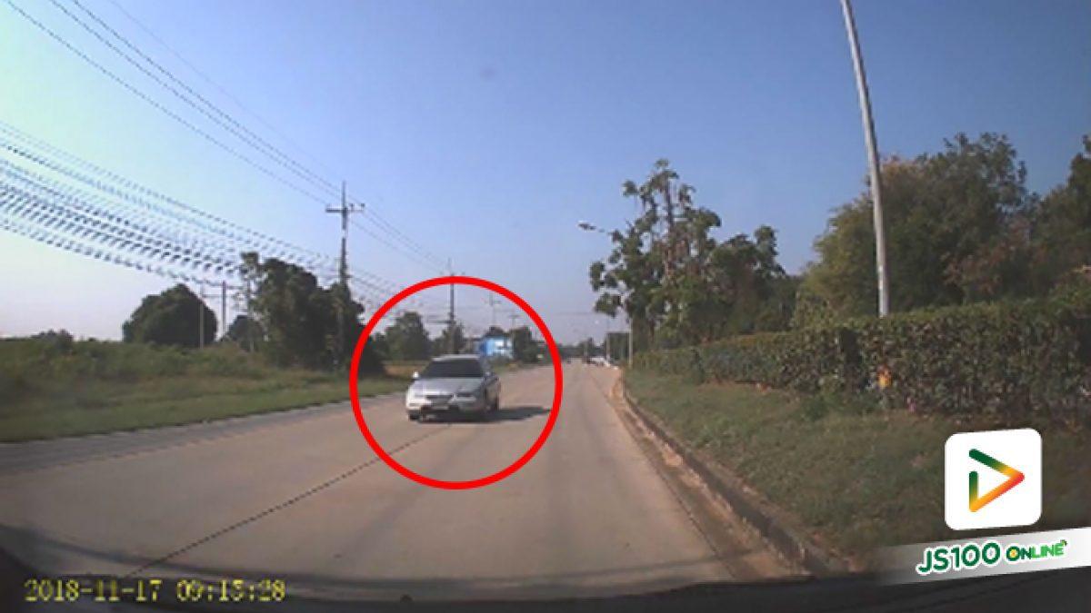 คลิปรถเก๋งย้อนศร ขับรถไม่สนใจกฎหมายหรือใครทั้งนั้น (19-11-61)